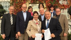 """Gabriele Regina Overwiening und Dr. Theodor Windhorst (vorne) haben mit dem """"Baumberger Impuls"""" ein gemeinsames Positionspapier verabschiedet. (Foto: AKWL)"""