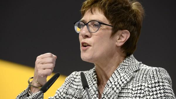 Kramp-Karrenbauer ist neue CDU-Chefin, Spahn vorzeitig raus