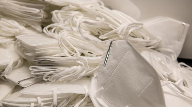 Die nächste Phase der Maskenausgabe steht vor der Apothekentür. (Foto: bevisphoto / stock.adobe.com)
