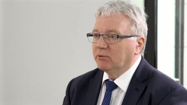 Mathias Arnold, Vizepräsident der ABDA – Bundesvereinigung Deutscher Apothekerverbände ( r / Screenshot: youtube)