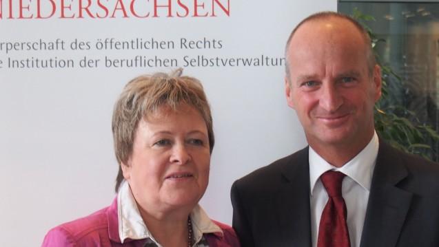 ABDA-Präsident Schmidt (mit GastgeberinMagdalene Linz) stellte auf dem Niedersächsischen Apothekertag seinen persönlichen Vorschlag zum künftigen Apothekerhonorar vor. (Foto: wes)