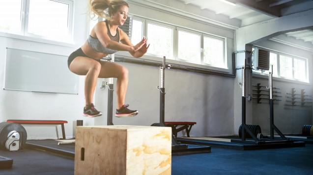"""Untypisch ist, dass für Sportler:innen bei Fetten die gleichen Verzehrempfehlungen wie für die Allgemeinbevölkerung gelten. Lediglich im leistungsorientierten Kraft- und Fitnesssport (""""Crossfit"""") darf die Fettzufuhr erhöht sein. (x / Foto: leszekglasner / AdobeStock)"""