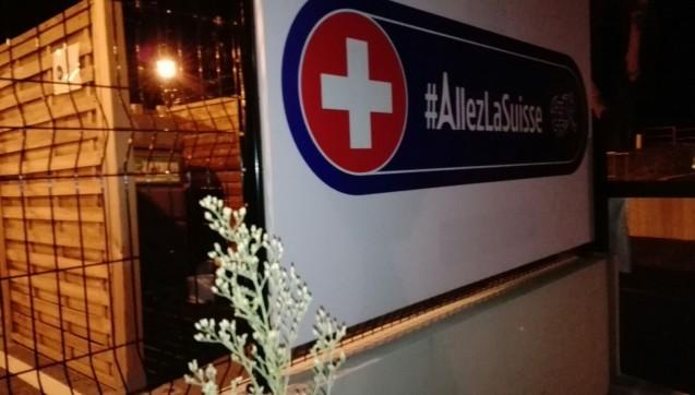 Gut abgeschirmt ist auch der Müll der Schweizer Nationalelf.(Foto:Jannik Jürgens / Correctiv.org)