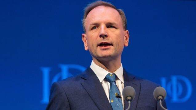 Simon Stevens, Chef des Gesundheitsdienstes NHS, hat sich mit der britischen Gesellschaft der Homöopathen angelegt. ( r / Foto: imago images / ZUMA)