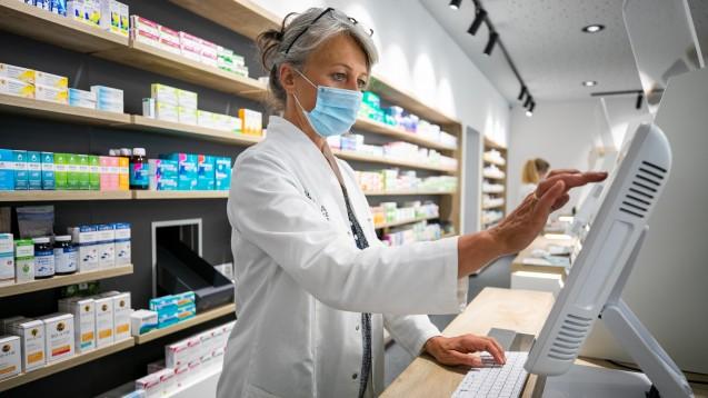 Eine Aut-simile-Substitution benötigt pharmazeutischen Sachverstand. Die AMK bietet dabei mit Äquivalenzdosistabellen Unterstützung für Apotheken. Doch kommen Sie auch in der Praxis zum Einsatz? Wie sieht der Corona-Alltag in Apotheken aus? (c / Foto: Schelbert)