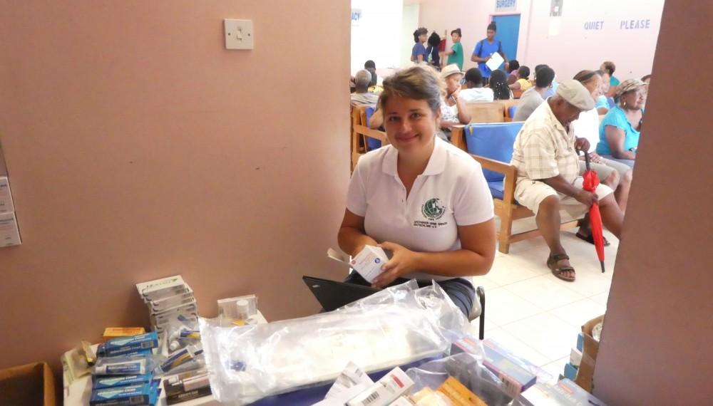 PTA Simone Harries in Dominica bei der Sichtung der Arzneimittel