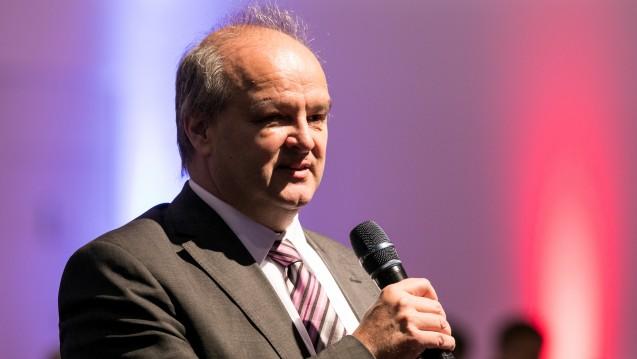 Digitalisierung ja, Pseudo-Argumente nein! Peter Froese, Apothekerverbandschef in Schleswig-Holstein, weist darauf hin, dass Apotheker schon seit längerer Zeit sehr digital arbeiten. (Foto: Schelbert)