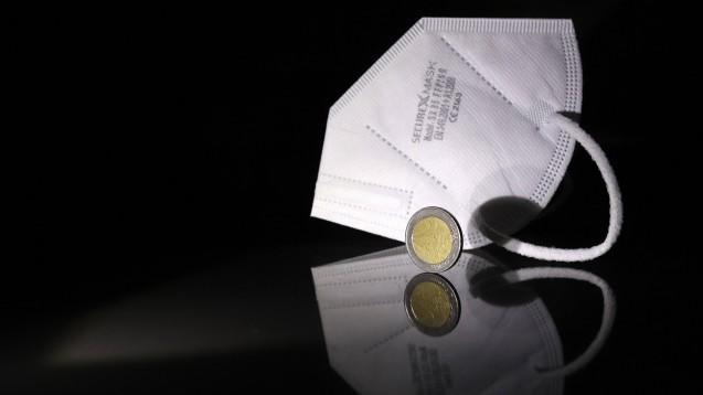 Dürfen Apotheken auf die 2 Euro Eigenbeteiligung verzichten, wenn sie staatlich finanzierte FFP2-Masken abgeben? Das Landgericht Düsseldorf stoppt jetzt eine entsprechende Werbeaktion. (Foto: imago images / Rene Traut)