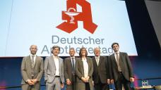 Dr. Alexander Schaffinger (EPatient RSD GmbH), Moderator Gerhard Schröder, Thorben Krumwiede (UDP), Dr. Eva-Maria Berens (Universität Bielefeld), Mathias Arnold (ABDA-Vizepräsident) und Dr. Kai Kolpatzik (AOK-BV) diskutieren über die Rolle der Apotheker in der Gesundheitskompetenz. (m / Foto: Schelbert)