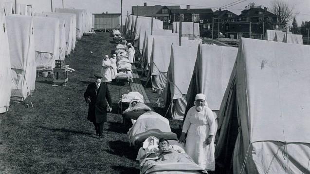 Bis zu 25 Millionen Todesopfer soll die Spanische Grippe 1918 Schätzungen zufolge gefordert haben. Hier ein Notlazarett in Zelten auf einer Grünfläche in Brookline, Massachusetts, USA, im Jahr 1918. (Foto:picture alliance / akg)
