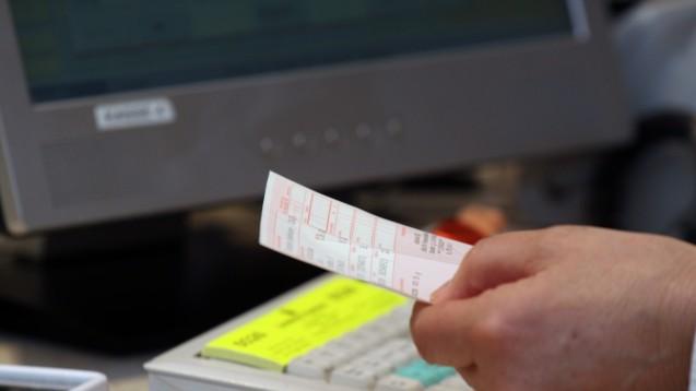 Ab dem 1. Juli muss auf einem Rezept die Telefonnummer des Verordners vermerkt sein. (Foto: Sket)