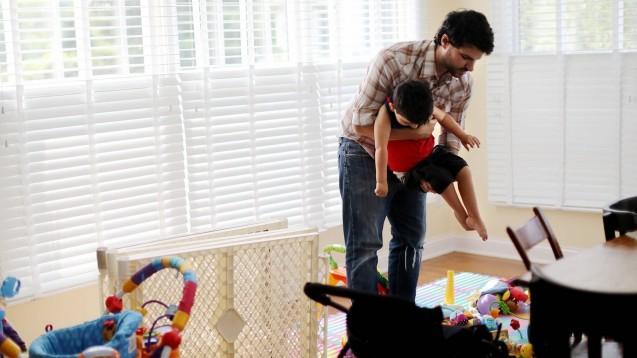 Bei Kindern mit spinaler Muskelatrophie führt der fortschreitende Untergang motorischer Nervenzellen im Rückenmark dazu, dass die Muskulatur nach und nach schwindet. Sie lernen nie laufen, viele von ihnen sterben unbehandelt in den ersten zwei Lebensjahren. Die seltene Erkrankung betrifft in Deutschland etwa 1 von 10.000 Neugeborenen pro Jahr.(s / Foto: imago images / ZUMA Press)