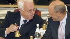 Noch läutet kein Glöckchen zum Erfolg: Der Ausschussvorsitzende Rainer Hess im Juli 2008 bei der konstituierenden Sitzung des neuen Bundesausschusses. (Foto: Wolfgang Kumm dpa)