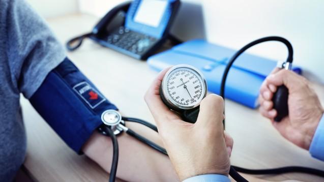 Für die Selbstmessung des Blutdrucks sind laut Stiftung Warentest kleinere Abweichungen in der Messgenauigkeit durchaus akzeptabel – bei guter bis sehr guter Wiederholgenauigkeit. Auch bei Arztgeräten seien Abweichungen von einigen mmHg möglich. (x / Foto: Brian Jackson / stock.adobe.com)