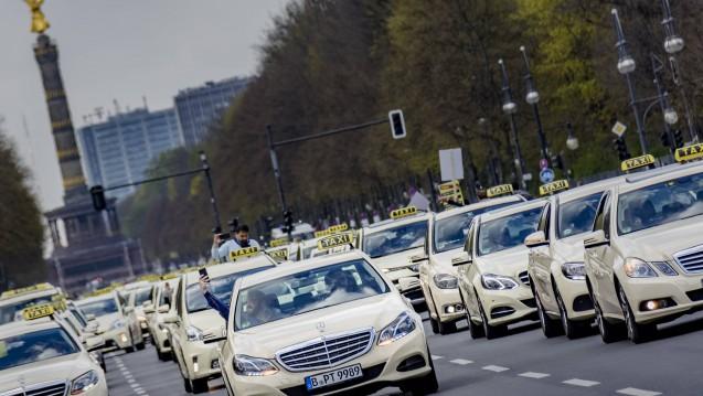 Nicht nur in Berlin: Taxen protestierten am Mittwoch gegen die geplante Liberalisierung der Beförderungsbranche,  insbesondere gegen den Fahrdienst Uber. (c / Foto: imago)