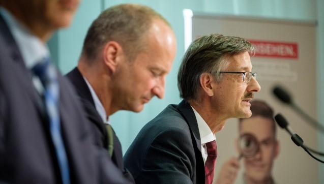 ABDA-Präsident Friedemann Schmidt und Hauptgeschäftsführer Sebastian Schmitz erklären, warum die ABDA im kommenden Jahr mehr Geld von ihren Mitgliedern braucht. (Foto: ABDA / Wagenzik)