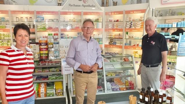 Erwin Rüddel (Mitte) zu Besuch bei Ruth und Michael Solbach in der Rathaus-Apotheke in Irlich (Foto: Reinhard Vanderfuhr / Büro Rüddel)