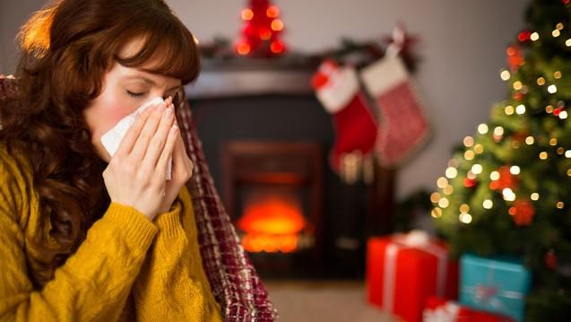 Allergische Symptome wie Schnupfen und Husten können bei manchen Menschen auch durch Weihnachtsbäume ausgelöst werden. (c / Foto:WavebreakMediaMicro / stock.adobe.com)