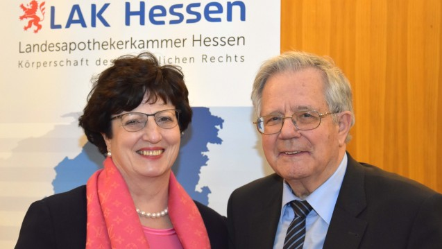Auch Professor Dr. med. Dr. rer. nat. Ernst Mutschler, hier mit Kammerpräsidentin Ursula Funke, war als ehemaliger Sprecher der Akademie für pharmazeutische Fortbildung der LAK Hessen bei der 100. Zentralen Fortbildung dabei. (c / Foto: LAK Hessen)