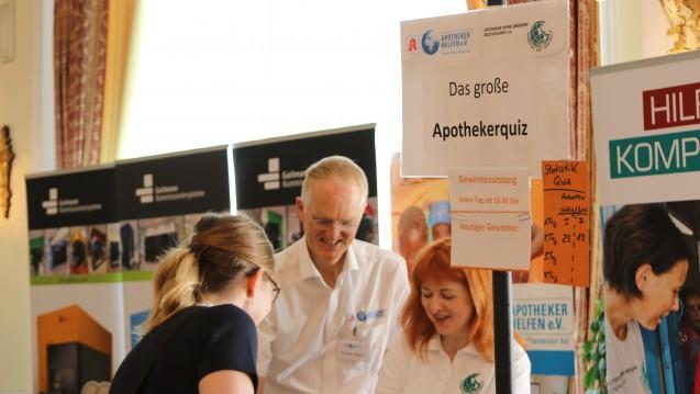 Andreas Wiegand (Apotheker Helfen) und Kira Morandin (Apotheker ohne Grenzen) bringen mit Herz und Humor den Kongressteilnehmern die Bedürfnisse notleidender Länder näher. (Foto: DAZ/cst)