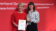 Beste Eigenmarke: Tanja Wilcke-Pasternacki und Doris Jeske-Kraft (beide Geschäftsleitung gesund-leben-Apotheken) bei der Preisübergabe im Rahmen des Kooperationsgipfels in München. (j/Foto: Gehe)
