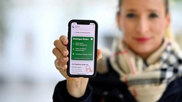 Wer weiterhin Geld für seine Bürgertests bekommen will, muss an die Corona-Warn-App angeschlossen sein oder dies zumindest beantragt haben. (Foto: IMAGO / Michael Weber)