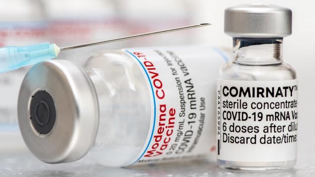 Zwischen der ersten und zweiten Impfung mit den mRNA-Impfstoffen von Biontech/Pfizer und Moderna sollen jeweils sechs Wochen liegen. (Foto: picture alliance / SZ Photo | Wolfgang Filser)