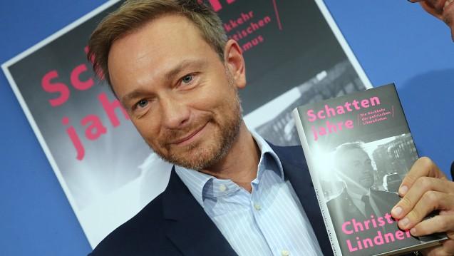 FDP-Chef Christian Lindner bei der Vorstellung seines Buches, in dem auch lange Passagen über das Verhältnis zu Apothekern zu finden sind. (Foto: dpa)
