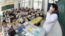 Eine chinesische Lehrerin klärt ihre Schüler in der StadtChuzhou über die Prävention von H7N9-Infektionen auf. (Foto: dpa)