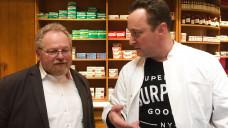 Klaus Adelt, Mitglied der bayerischen SPD-Landtagsfraktion, hat sich in einer Münchener Apotheke die Abläufe in einem Notdienst angeschaut. (Foto: privat)