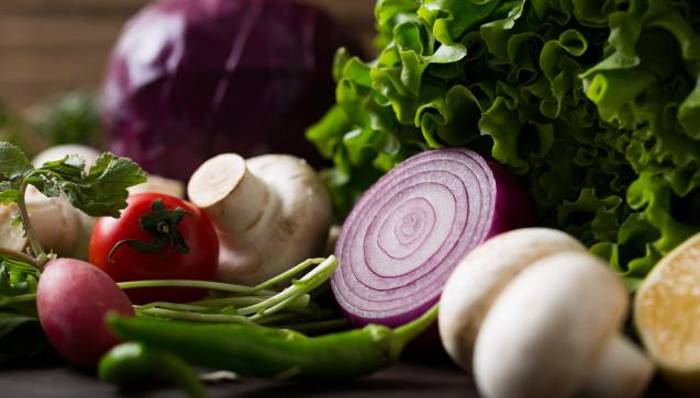 E wie Ernährung: Um Erkältungen vorzubeugen, ist ein gut funktionierendes Immunsystem wichtig. Unterstützen lässt es sich durch eine vitamin- und mineralstoffreiche Ernährung. Obst und Gemüse sollten daher täglich auf den Tisch kommen.(Foto: ardaakay / stock.adobe.com)