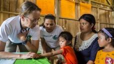 Die AoG-Apothekerin Petra Isenhuth aus Magdeburg (zweite von links) unterwegs mit der mobilen Klinik der German Doctors auf den Philippinen. (Foto: paulhahn.de / AoG-Archiv)