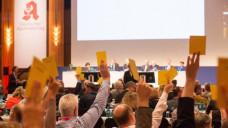 Die ABDA will, dass sich mehr junge Apotheker in der Berufspolitik engagieren, damit - wie hier bei einer Abstimmung auf dem DAT - die Zukunft der Berufspolitik gesichert ist. Bald soll es ein Nachwuchs-Treffen geben. Aber wer darf teilnehmen? (Foto: Schelbert)