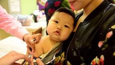 """Ein Kind wird in einem """"Disease-Control-Center"""" in Shijiazhuang, im Norden Chinas, geimpft (Symbolbild). Anlässlich des neusten Impfstoff-Skandals in China sind vor allem die Eltern verunsichert. (s / Foto: Jia Minjie / imago)"""