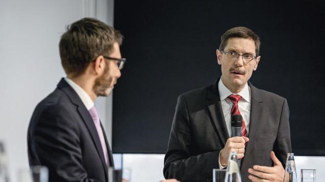 Dr. Elmar Kroth, Geschäftsführer Wissenschaft BAH (re.), findet, dass Hersteller, die mit ihrem Wirkstoff einen OTC-Schwitch-Prozess durchlaufen, für eine begrenzte Zeit Marktexkusivität bekommen sollen. (Foto: DAZ.online)