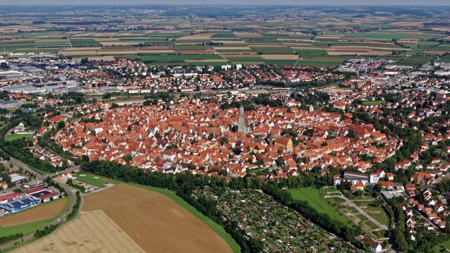 Keine Apotheke im Einkaufszentrum: In der bayerischen Kleinstadt Nördlingen will der Stadtrat lieber eine dm-Drogerie als eine Apotheke haben. (Foto: dpa)