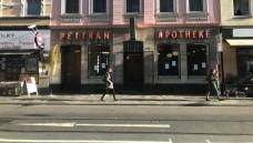 Für die alteingesessene Pelikan Apotheke in Düsseldorf kann unter Erfüllung verschiedener Bedingungen des Gesundheitsamtes Düsseldorf trotz fehlender Barrierefreiheit eine Betriebserlaubnis beantragt werden.( r / Foto: D. Knell)