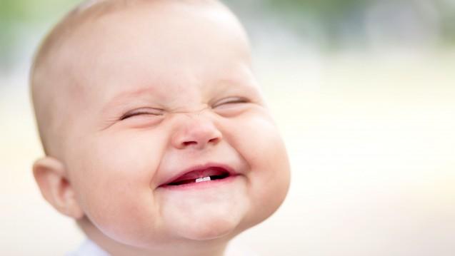 Grund zur Freude: Bayer plant die Zulassung für Xarelto zur Behandlung von venösen Thromboembolien bei Kindern. Als kindgerechte Darreichungsform soll es Rivaroxaban dann als orale Suspension geben. ( r / Foto: Maksim Bukovski / stock.adobe.com)