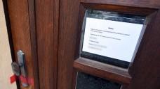 """""""Ich entschuldige mich für die Unanehmlichkeiten"""": Der Inhaber der Tagesklinik hat eine Notiz an der Eingangstür angebracht, die Polizei am Schloss ein Siegel. (Foto: dpa / picture alliance)"""