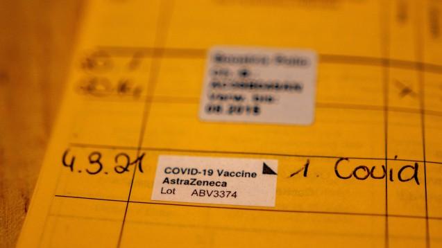 Deutschland wurde offenbar nicht mit der besagten Charge ABV5300 des COVID-19-Impfstoffs von AstraZeneca beliefert. (Foto: IMAGO / Nicolaj Zownir)