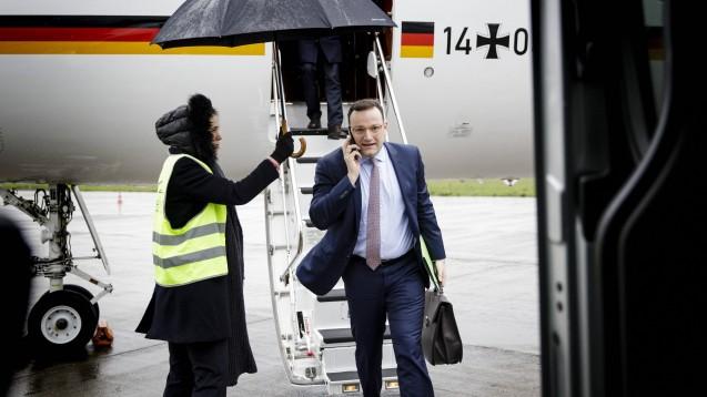 Wegen der anhaltenden Ausweitung des neuartigen Coronavirus in Europa ist Bundesgesundheitsminister Jens Spahn erneut zu einem EU-Sondertreffen nach Brüssel geflogen – mit dem Ziel: Konsens darüber, dass Grenzschließungen innerhalb der EU nicht angemessen sind. (Foto: imago images / photothek)