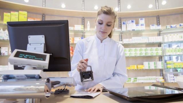 Einzelne Krankenkassen haben ihre Drohungen wahrgemacht und Apotheken wegen der Umsatzsteuer auf Herstellerabschläge verklagt. Doch die Verfahren sollen bis zur Klärung der steuerlichen Frage ruhen. (s / Foto: imago images / Westend61)