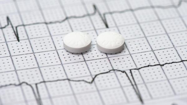 Primärprävention: Niedrigdosis-ASS nützt Herzgesunden offenbar wenig