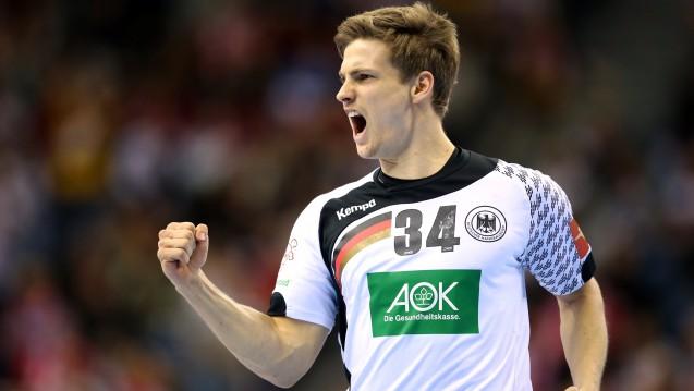 Der Nationalspieler Rune Dahmke jubelt über das Finalspiel, und auch der Sponsor AOK dürfte sich gefreut haben. Doch ist das Sponsoring auch im Sinne der Versicherten? (Foto: picture alliance / Christina Pahnke / sampics)