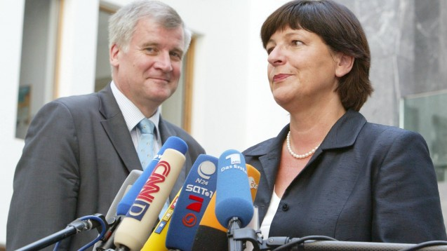 Wer erinnert sich? 2003 legten Horst Seehofer (CSU) und Ulla Schmidt (SPD) gemeinsam den Grundstein für die elektronische Gesundheitskarte, das E-Rezept – und den Arzneimittelversandhandel. (Foto: imago images / photothek)