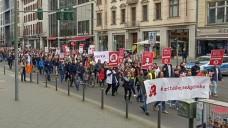 Rund 500 Apotheker und Apothekenmitarbeiter protestierten am heutigen Sonntagnachmittag in Berlin (hier auf der Friedrichstraße) gegen den Versandhandel und für den Erhalt der Apotheke vor Ort. (Alle Fotos: bro/DAZ.online
