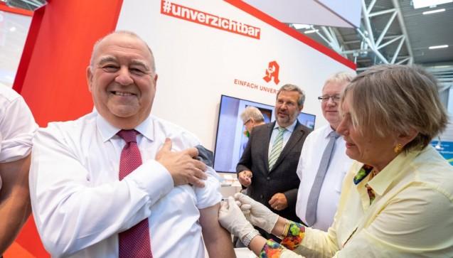 Nur ein kleiner Pieks: Traditionell ließ sich DAV-Chef Fritz Becker auf der Expopharm die Grippeimpfunggeben. Als überzeugter Verfechter des Influenzaschutzes ging er mit gutem Beispiel voran.