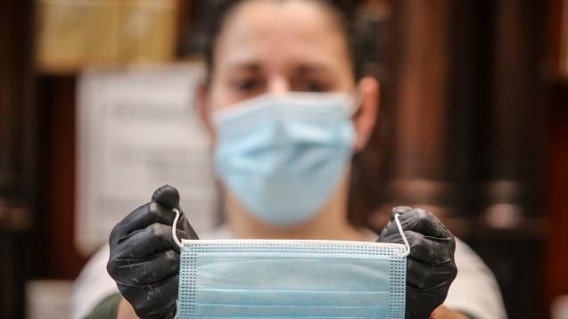 In Berlin müssen Apothekenkunden und -mitarbeiter trotz Plexiglasscheiben dauerhaft eine Maske in der Apotheke tragen. (x / Foto: imago images / ZUMA)