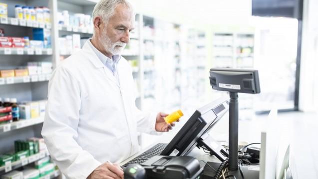 Die ersten Auswirkungen der neuen Kooperation sind schon zu spüren: In einigen Social-Media-Kanälen tauschen sich die Apotheker über die ersten Zava-Rezepte in den Apotheken aus. (Foto: imago images/Peters)