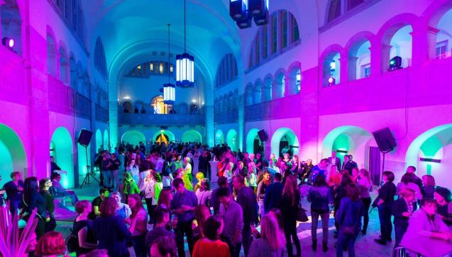 Die diesjährige Interpharm-Party fand in der beeindruckenden Stadtbad-Halle statt, in der eigentlich geschwommen wird. (Alle Fotos: Schelbert / DAZ.online)